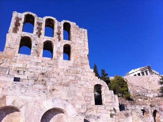 Frente do Teatro de Dionísio, o berço do teatro ocidental e da tragédia; Pathernon ao fundo, construção feita para mostrar o poder da Grécia