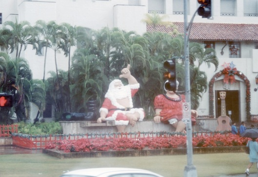 Papai Noel havaiano não passa calor e faz 'hang loose'
