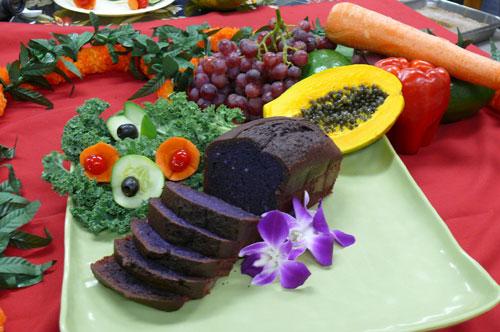 Taro rolls ou taro bread é feito com o mingau da raiz de cor roxa