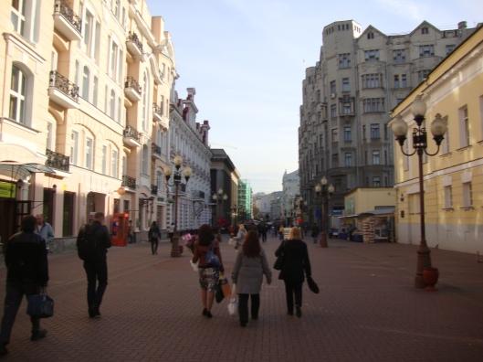 Calçadão em Moscou e as flores nas mãos (Foto: Priscila Dal Poggetto)
