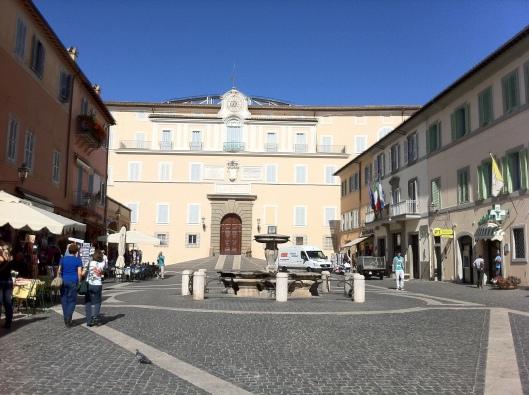 À esquerda fica a sorveteria; ao centro, a casa de veraneio dos Papas (Foto: Priscila Dal Poggetto)