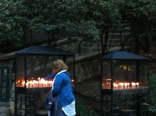 Cristãos fazem orações; local é considerado sagrado (Foto: Priscila Dal Poggetto)