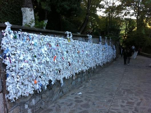 Pedidos e agradecimentos são presos em um dos muros da casa (Foto: Priscila Dal Poggetto)