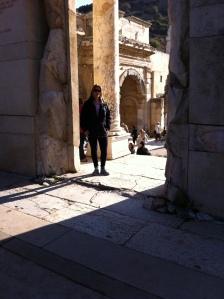 Eu em umas das portas de entrada da Biblioteca de Celso (Foto: Priscila Dal Poggetto)