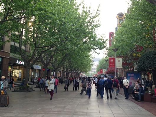 Onde tudo começa: calçadão no centro de Xangai (Foto: Priscila Dal Poggetto)
