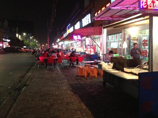 Botecos em Wuhu também têm cadeira na calçada (Foto: Priscila Dal Poggetto)