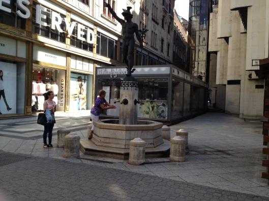 Fonte no Bulevar da Váci utca pra molhar a mão e os cabelos (Foto: Priscila Dal Poggetto)