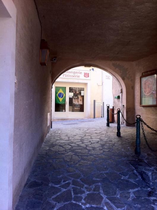 Saint-Tropez e a padaria com a bandeira do Brasil  (Foto: Priscila Dal Poggetto)