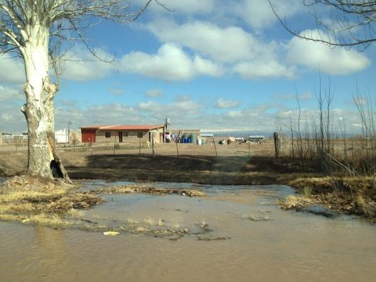 Casas que beiram a Ruta 7 (Foto: Priscila Dal Poggetto)