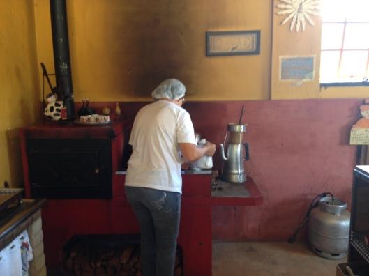 O café passado na hora no coador de pano (Foto: Priscila Dal Poggetto)