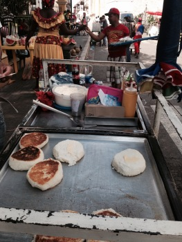 As arepas de Oscar levam queijo ralado na massa, é o segredinho do rapaz (foto: Priscila Dal Poggetto)