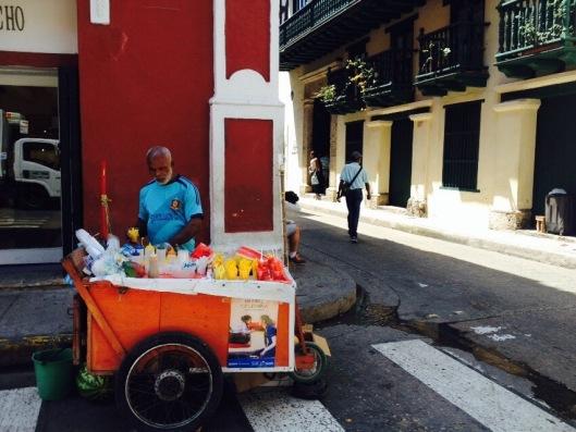 Os vendedores ambulantes fazem parte do colorido da cidade; destaque para as frutas comercializadas em pedaços (foto: Priscila Dal Poggetto)