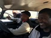 Ao volante, o vô de Luvuyo, um dos sobreviventes do Levante de Soweto