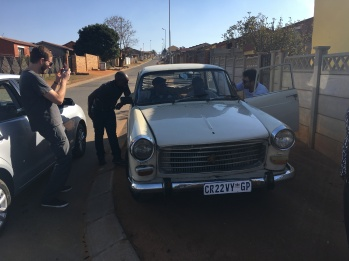 Luvuyo, seu avô e o Peugeot 404da década de 60